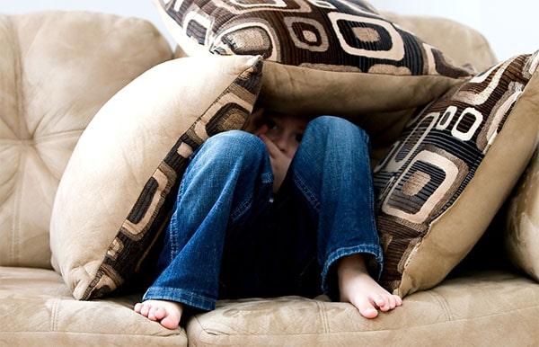 nascondersi sul divano
